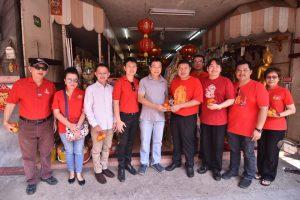 คณะผู้บริหาร และเจ้าหน้าที่ มอบส้มมงคลให้กับพี่น้องประชาชนชาวโคราช เนื่องในเทศกาลตรุษจีน ประจำปี 2561