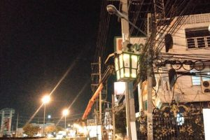 13 มิ.ย.62 สำนักการช่างดำเนินการซ่อมไฟส่องสว่าง