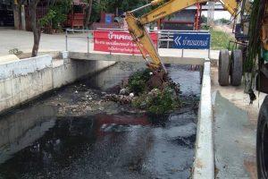 21ส.ค.62 จนท.เทศบาลฯจัดการขยะและวัชพืชบริเวณที่ดักขยะใต้สะพานสูงหัวทะเล ที่กีดขวางเส้นทางน้ำ สาเหตุของปัญหาน้ำท่วมขัง