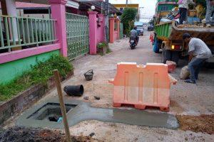 15ต.ค.62 สน.การช่างฝังท่อแก้ไขระบบระบายน้ำคืนผิวจราจร ชุมชนย่าโม 4