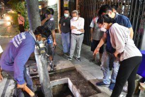 21 ก.ค.64 ผู้บริหารออกตรวจการดูดเลนและลอกท่อระบายน้ำ ถนนยมราช